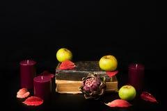 Ρομαντική και μυστήρια σύνθεση πτώσης με τα βιβλία και τα κεριά Στοκ φωτογραφία με δικαίωμα ελεύθερης χρήσης