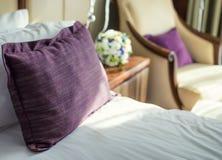 Ρομαντική κρεβατοκάμαρα για τα newlyweds Στοκ εικόνες με δικαίωμα ελεύθερης χρήσης