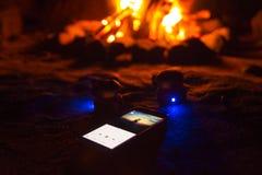 Ρομαντική μουσική που ακούει κοντά σε μια πυρά προσκόπων Στοκ φωτογραφία με δικαίωμα ελεύθερης χρήσης