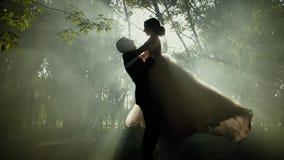 Ρομαντική νέα σκιαγραφία ζευγών Αγκαλιάζουν και περιστρέφουν γύρω με να λάμψουν ήλιων φιλμ μικρού μήκους
