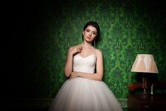 Ρομαντική νύφη στο αναδρομικό δωμάτιο μόδας Στοκ Φωτογραφία