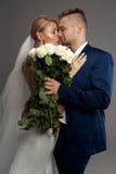 Ρομαντική νύφη στο γαμήλιο φόρεμα Στοκ φωτογραφία με δικαίωμα ελεύθερης χρήσης