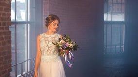 Ρομαντική νύφη στο υπόβαθρο καπνού Στοκ Φωτογραφία