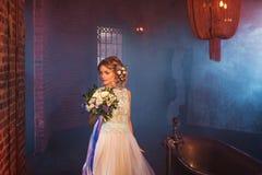 Ρομαντική νύφη στο υπόβαθρο καπνού Στοκ εικόνες με δικαίωμα ελεύθερης χρήσης