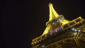 Ρομαντική νύχτα στο Παρίσι, φωτισμένος πύργος του Άιφελ που λαμπυρίζει, ταξίδι στη Γαλλία φιλμ μικρού μήκους