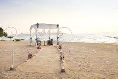 Ρομαντική οργάνωση γευμάτων στην παραλία Στοκ εικόνα με δικαίωμα ελεύθερης χρήσης