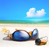 Ρομαντική παραλία θάλασσας τέχνης. Γυαλιά γυναικών και φελλός CHAMPAGNE στο sa Στοκ εικόνα με δικαίωμα ελεύθερης χρήσης