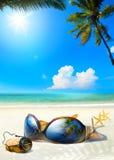 Ρομαντική παραλία θάλασσας τέχνης Γυαλιά γυναικών και φελλός CHAMPAGNE στο sa στοκ εικόνα