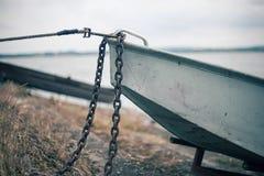 Ρομαντική παλαιά βάρκα στην ακτή Στοκ φωτογραφία με δικαίωμα ελεύθερης χρήσης
