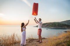 Ρομαντική πυρκαγιά εκμετάλλευσης ζευγών lanter Στοκ Εικόνα