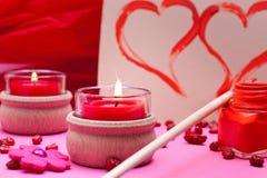 Ρομαντική ρόδινη ανασκόπηση με τις κόκκινες καρδιές Στοκ φωτογραφία με δικαίωμα ελεύθερης χρήσης
