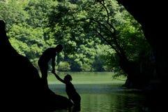 ρομαντική σκιαγραφία χεριών ζευγών Στοκ εικόνες με δικαίωμα ελεύθερης χρήσης