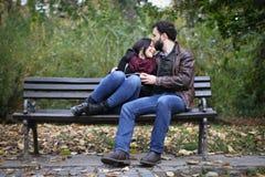 Ρομαντική στιγμή σε έναν πάγκο στοκ φωτογραφία με δικαίωμα ελεύθερης χρήσης