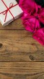 Ρομαντική σύνθεση με τη ροδαλή κατακόρυφο υποβάθρου ημέρας λουλουδιών και βαλεντίνων του ST δώρων διάστημα αντιγράφων Στοκ Φωτογραφία