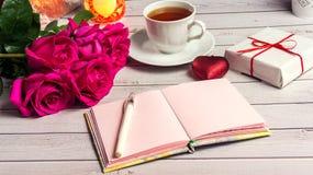 Ρομαντική σύνθεση με το ροδαλό υπόβαθρο ημέρας λουλουδιών, βαλεντίνων του ST κεριών και δώρων Στοκ εικόνες με δικαίωμα ελεύθερης χρήσης