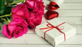Ρομαντική σύνθεση με το ροδαλό υπόβαθρο ημέρας λουλουδιών και βαλεντίνων του ST δώρων Στοκ Εικόνες