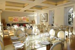 Ρομαντική τραπεζαρία, εσωτερικά γεγονότα, γαμήλιο μεσημεριανό γεύμα στοκ εικόνα