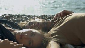Ρομαντική χαλάρωση ζευγών στην παραλία απόθεμα βίντεο