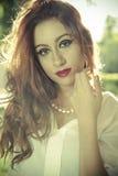 Ρομαντική, όμορφη γυναίκα σε έναν δασικό, redhead με μακρυμάλλη Στοκ φωτογραφία με δικαίωμα ελεύθερης χρήσης