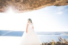 Ρομαντική όμορφη νύφη στην άσπρη τοποθέτηση φορεμάτων στη θάλασσα υποβάθρου Στοκ φωτογραφία με δικαίωμα ελεύθερης χρήσης