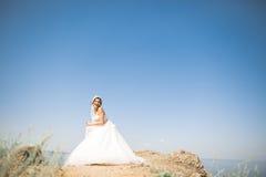 Ρομαντική όμορφη νύφη στην άσπρη τοποθέτηση φορεμάτων στη θάλασσα υποβάθρου Στοκ φωτογραφίες με δικαίωμα ελεύθερης χρήσης