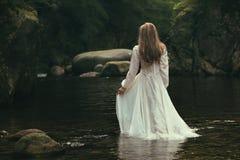 Ρομαντικοί περίπατοι γυναικών σε ένα ρεύμα Στοκ Εικόνα