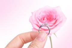 ρομαντικός γάμος δαχτυλιδιών εκμετάλλευσης χεριών διαμαντιών Στοκ Εικόνες