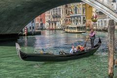 Ρομαντικός γύρος γονδολών στα κανάλια της Βενετίας, Ιταλία στοκ εικόνες