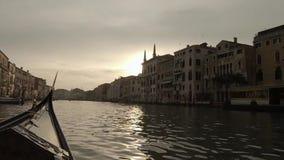 Ρομαντικός γύρος στη γόνδολα, που κωπηλατείται από gondolier στο κανάλι της Βενετίας απόθεμα βίντεο