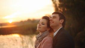 Ρομαντικός ερωτευμένος ζευγών μήνα του μέλιτος στο ηλιοβασίλεμα παραλιών απόθεμα βίντεο