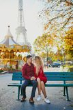 Ρομαντικός ερωτευμένος κοντινός ζευγών ο πύργος του Άιφελ στοκ φωτογραφίες