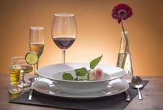 Ρομαντικός καθορισμένος πίνακας με τα λουλούδια Στοκ φωτογραφία με δικαίωμα ελεύθερης χρήσης