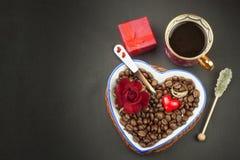 Ρομαντικός καφές τριαντάφυλλα δαχτυλιδιών προτάσεων γάμου δέσμευσης διαμαντιών ανθοδεσμών Στοκ Φωτογραφίες