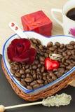 Ρομαντικός καφές τριαντάφυλλα δαχτυλιδιών προτάσεων γάμου δέσμευσης διαμαντιών ανθοδεσμών Στοκ Εικόνες