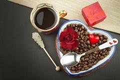 Ρομαντικός καφές τριαντάφυλλα δαχτυλιδιών προτάσεων γάμου δέσμευσης διαμαντιών ανθοδεσμών Στοκ φωτογραφία με δικαίωμα ελεύθερης χρήσης