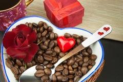 Ρομαντικός καφές τριαντάφυλλα δαχτυλιδιών προτάσεων γάμου δέσμευσης διαμαντιών ανθοδεσμών Στοκ εικόνα με δικαίωμα ελεύθερης χρήσης