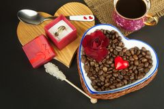 Ρομαντικός καφές τριαντάφυλλα δαχτυλιδιών προτάσεων γάμου δέσμευσης διαμαντιών ανθοδεσμών Στοκ Φωτογραφία