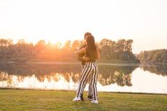 Ρομαντικός, κοινωνικός χορός, έννοια ανθρώπων - νέο bachata χορού ζευγών κοντά στη λίμνη στην ηλιόλουστη ημέρα στοκ εικόνες