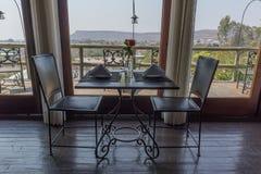 Ρομαντικός να δειπνήσει πίνακας σε ένα εστιατόριο πολυτέλειας με τις θέες βουνού Στοκ Εικόνα