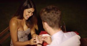 Ρομαντικός νεαρός άνδρας που προτείνει στην αγάπη του φιλμ μικρού μήκους
