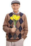 Ρομαντικός πρεσβύτερος που κρατά μια δέσμη των λουλουδιών Στοκ Φωτογραφία
