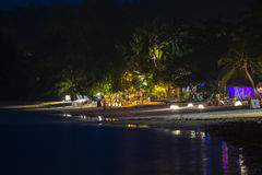 Ρομαντικός σε μια παραλία νύχτας Koh Phangan, Ταϊλάνδη νησιών στοκ εικόνες