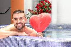 Ρομαντικός φίλος που δίνει σας μια έκπληξη στοκ εικόνες