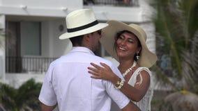 Ρομαντικός χορός ζεύγους τουριστών απόθεμα βίντεο
