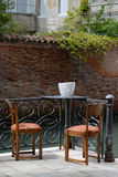 Ρομαντικός scenary, πίνακας με δύο καρέκλες, δύο ποτήρια του κρασιού και ενός μπουκαλιού του κρασιού Στοκ Φωτογραφίες