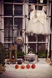 Ρομαντικό άσπρο φόρεμα κοριτσιών σε ένα ιδιότροπο παράθυρο Στοκ φωτογραφία με δικαίωμα ελεύθερης χρήσης