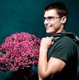 ρομαντικό άτομο που κρατά τη μεγάλη ανθοδέσμη των λουλουδιών Στοκ Φωτογραφίες