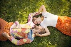 Ρομαντικό αγκάλιασμα ζευγών ομορφιάς που βρίσκεται υπαίθρια στοκ εικόνα με δικαίωμα ελεύθερης χρήσης