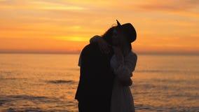 Ρομαντικό αγκάλιασμα απόθεμα βίντεο