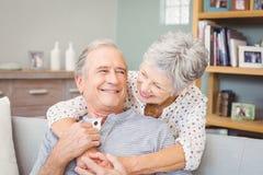 Ρομαντικό ανώτερο ζεύγος στο σπίτι Στοκ εικόνα με δικαίωμα ελεύθερης χρήσης